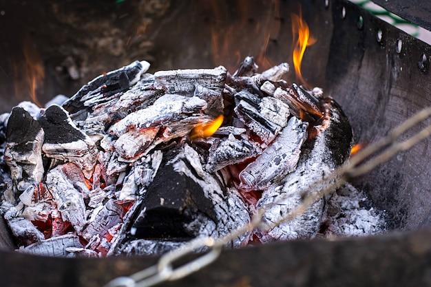Braseiro improvisado com madeira em chamas nele