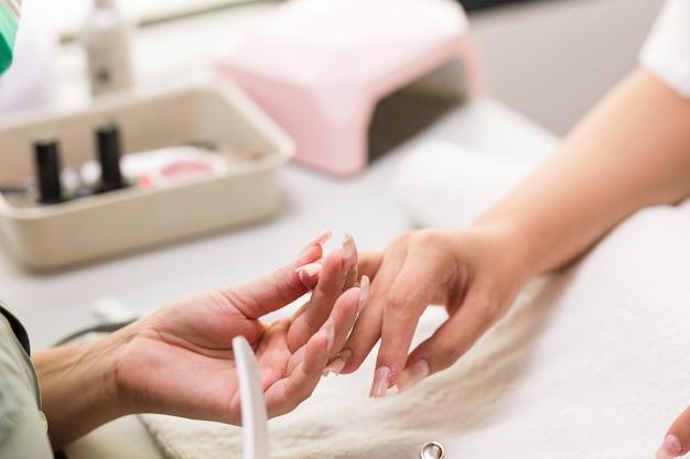 Brasileira latina mid woman manicure lima profissional nailfiberflass unhas para cliente outono evoque