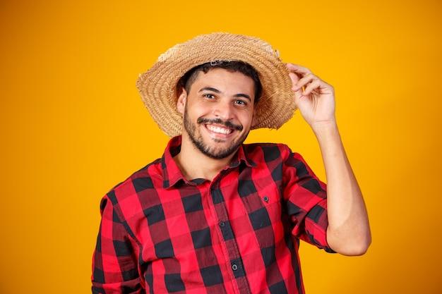 Brasileiro com roupas típicas da festa junina Foto Premium