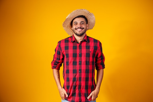 Brasileiro com roupas típicas da festa junina