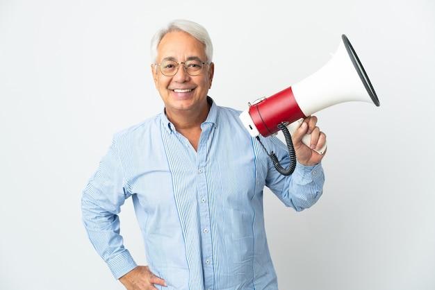 Brasileiro de meia-idade isolado no fundo branco segurando um megafone e sorrindo