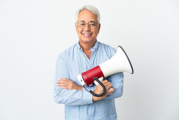 Brasileiro de meia-idade isolado segurando um megafone e sorrindo