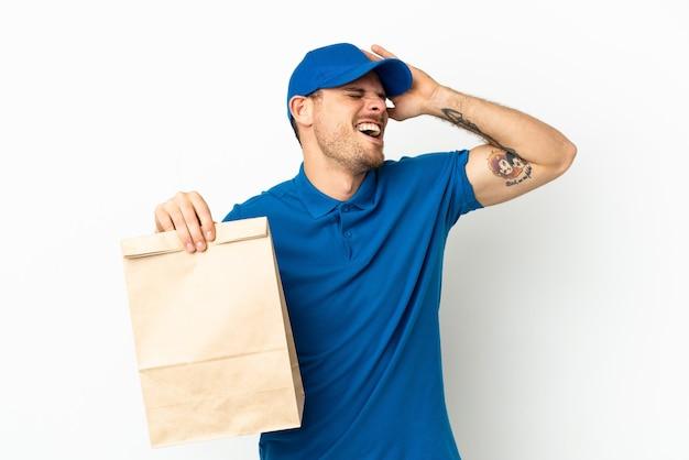 Brasileiro levando uma sacola de comida para viagem isolada no fundo branco sorrindo muito
