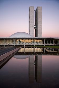 Brasília, brasil - 26 de maio de 2006 - congresso nacional brasileiro ao anoitecer com reflexões no lago