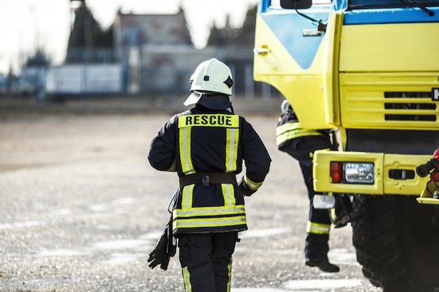 Bravo bombeiro lutando contra um incêndio, treinamento de bombeiro