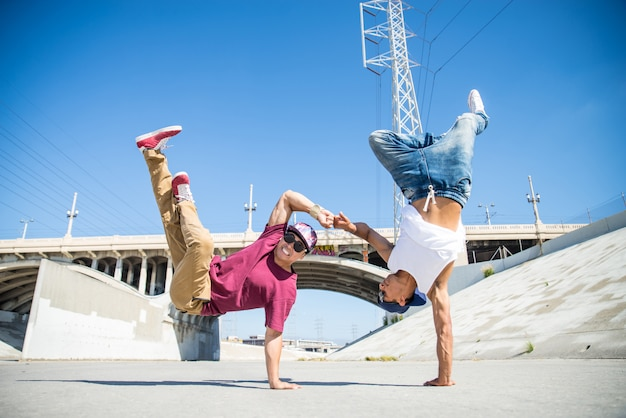 Breakdancers fazendo truques
