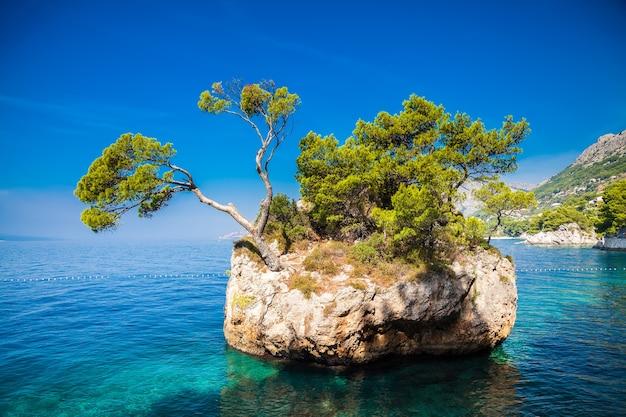 Brela rock perto da praia de punta rata, makarska riviera, croácia