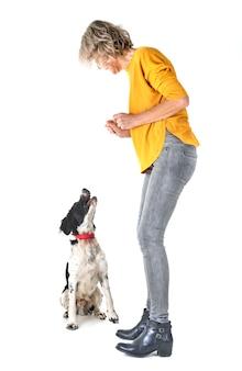 Bretanha cão e mulher em estúdio