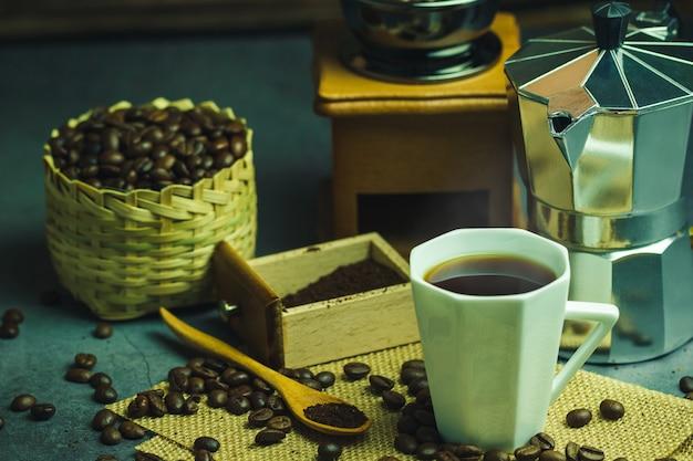 Brew café preto em copo branco e iluminação matinal