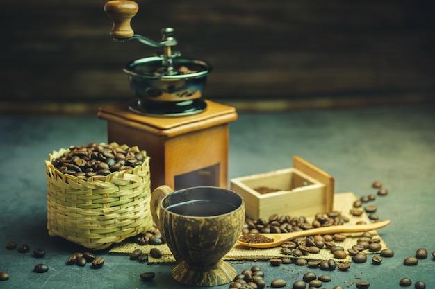 Brew café preto em copo de coco e iluminação da manhã.