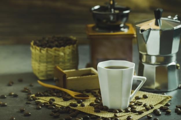 Brew café preto em um copo branco e iluminação da manhã.
