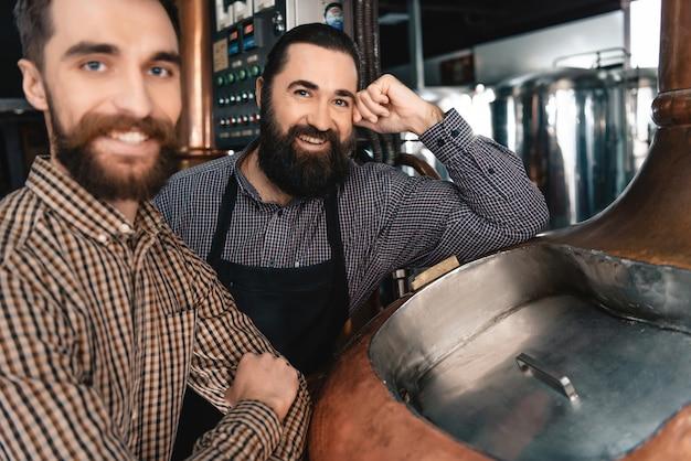 Brewers orgulhosos felizes ama a fabricação da cerveja do trabalho.