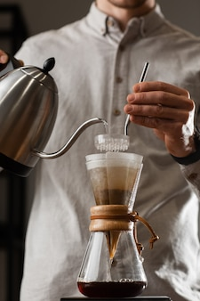 Brewing despeje sobre o estilo de fazer café pingando com bolhas. métodos alternativos de preparação de café. belo close-up vista ou preparando o café da manhã. indústria do café. conceito de cafeteria