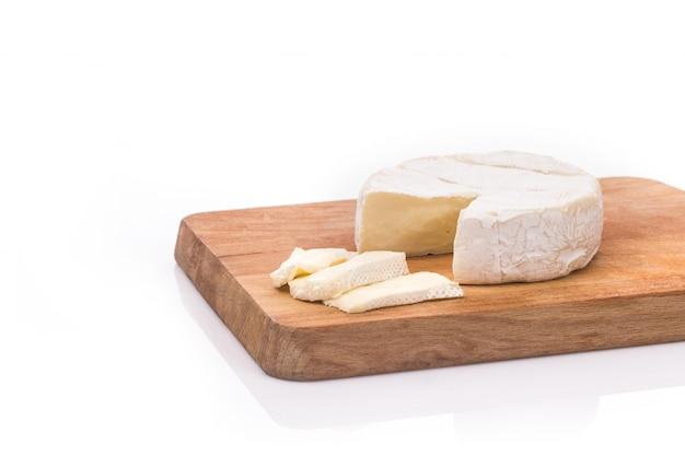 Brie cremoso em fundo de madeira rústica, vista superior