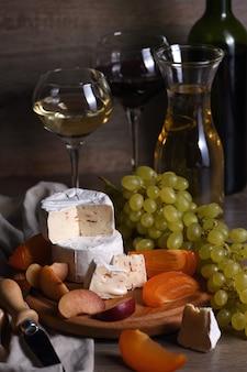 Brie de queijo, camembert com uvas brancas, caquis fatiados e ameixas, um ótimo aperitivo para vinho