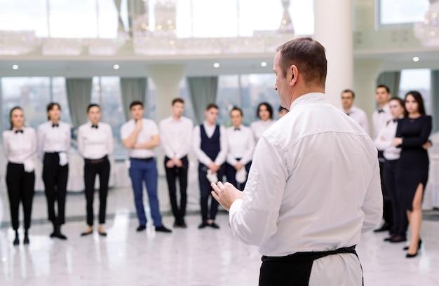 Briefing no restaurante. o chef está informando o restaurante. interagindo com o chefe de cozinha comercial