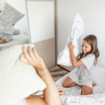 Briga de travesseiros da família bonito