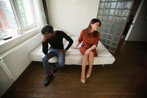 Briga entre homem africano e mulher caucasiana dentro de casa