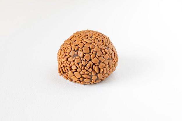 Brigadeiro, bombom de chocolate artesanal isolado no fundo branco.