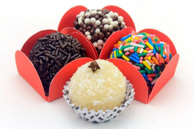 Brigadeiro (brigadeiro), doce de chocolate típico da culinária brasileira
