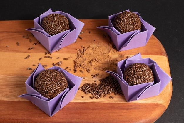 Brigadeiro (brigadeiro). doce de chocolate tradicional brasileiro.