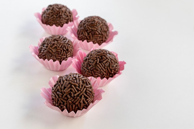 Brigadeiro é um doce de chocolate brasileiro. brigadeiro coberto com granulado de chocolate. espaço para texto