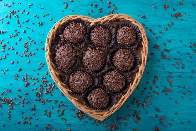 Brigadeiro. tradicional chocolate doce brasileiro em cesta em forma de coração.