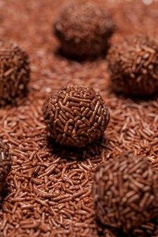 Brigadeiro um doce brasileiro com granulado de chocolate.