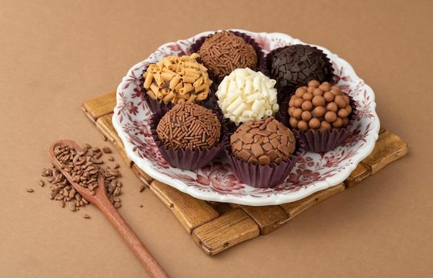 Brigadeiros típicos do brasil em um prato com granulado de chocolate.
