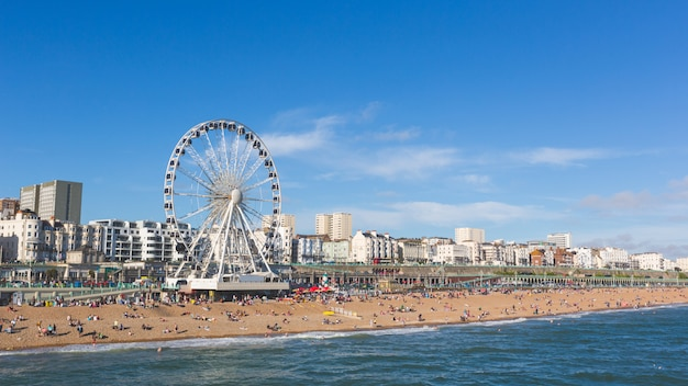 Brighton vista da beira-mar do cais