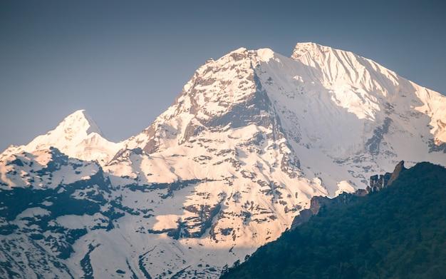 Brilhando a face norte do monte ganesh em gorkha, nepal