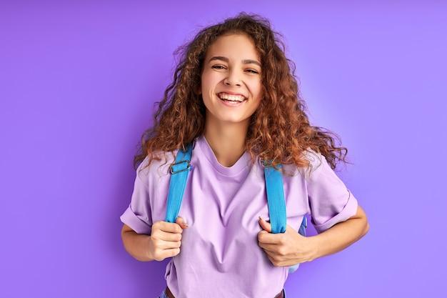 Brilhando de felicidade aluna isolada no espaço roxo, adoro estudar e educar