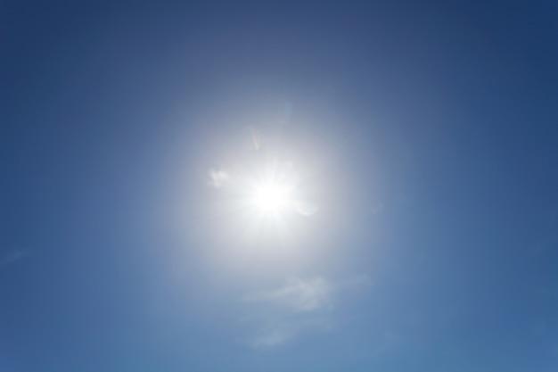Brilhando sol céu azul com reflexo de lente