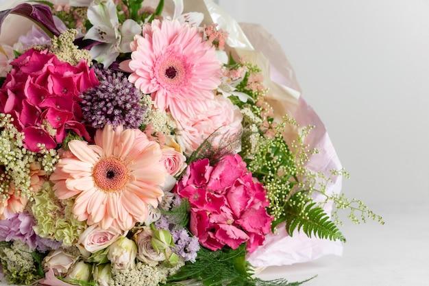 Brilhante buquê de flores de gerbera, hortênsia, rosa, alstroemeria