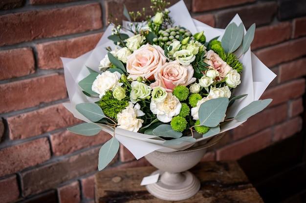 Brilhante e lindo bouquet floral de lindas flores vermelhas para o dia dos namorados. fechar foto
