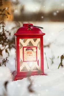 Brilhante lanterna de natal se estabeleceu na neve.