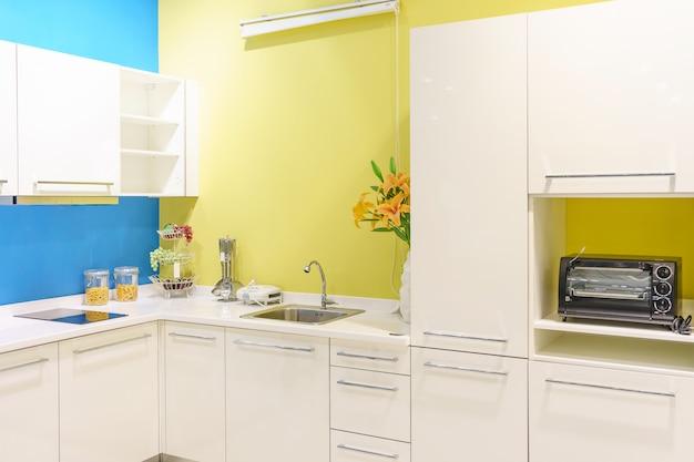Brilhante, limpo, interior de cozinha com utensílios de aço inoxidável em uma casa de luxo