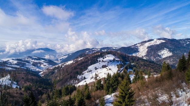 Brilhante paisagem pitoresca de montanhas e colinas