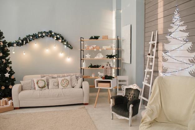 Brilhante sala de estar decorada para o natal e ano novo em casa