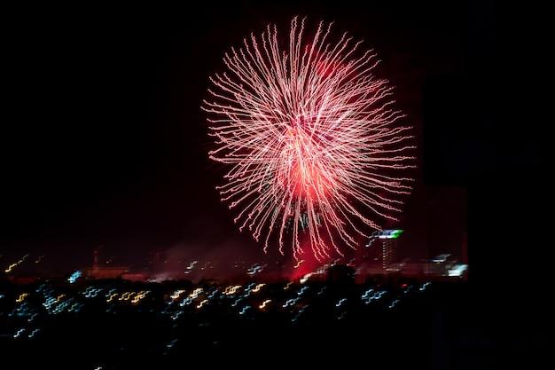 Brilhantemente coloridos fogos de artifício e saudação de várias cores no céu noturno