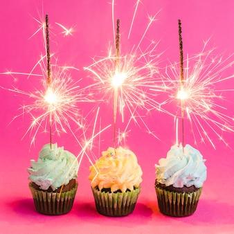 Brilhantes sparklers e cupcakes