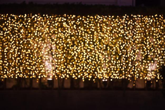 Brilho brilhante e cintilante desfocado ouro luz iluminação ao ar livre