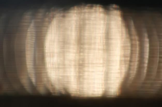 Brilho do fundo através da superfície