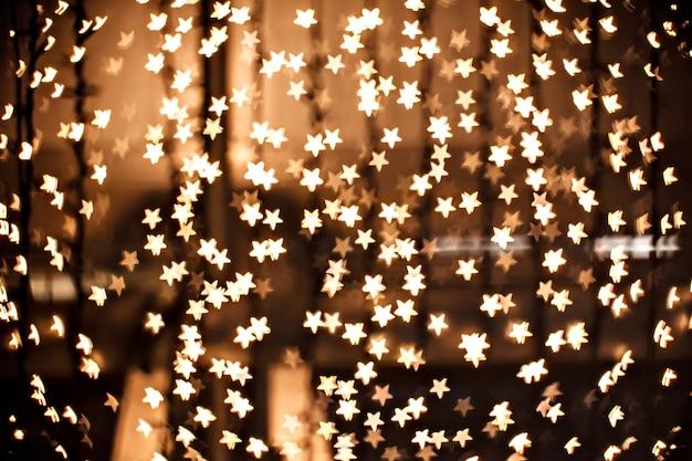 Brilhos amarelos desfocados - estrelas douradas