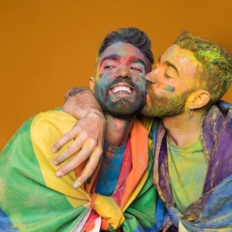 Brincalhão casal gay em cores do arco-íris