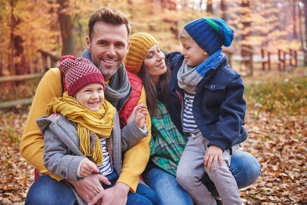 Brincalhão com a família na floresta