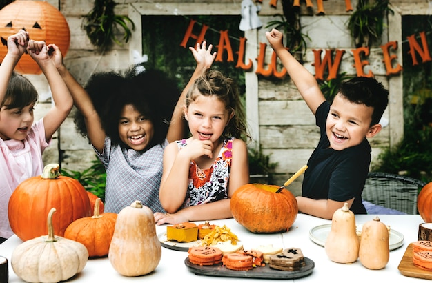 Brincalhão crianças aproveitando o festival de halloween