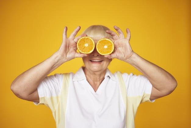 Brincalhão old lady orange slices na frente dos olhos.