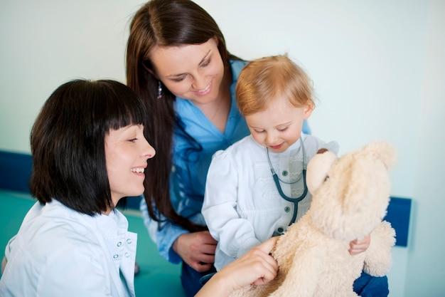 Brincando com a criança no consultório médico