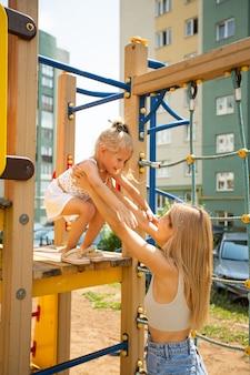 Brincando de mãe e filha no parquinho